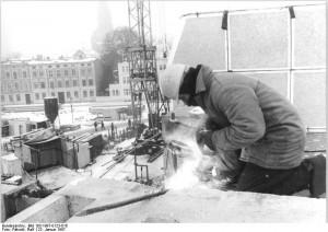 Ein Bauarbeiter bei der Montage eines Plattenbaus in Schwerin (1987)